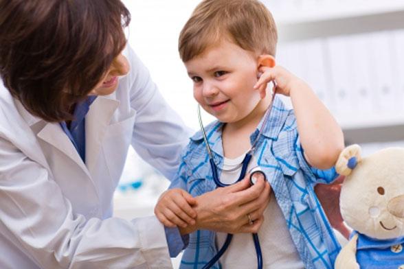 otrok in zdravnik