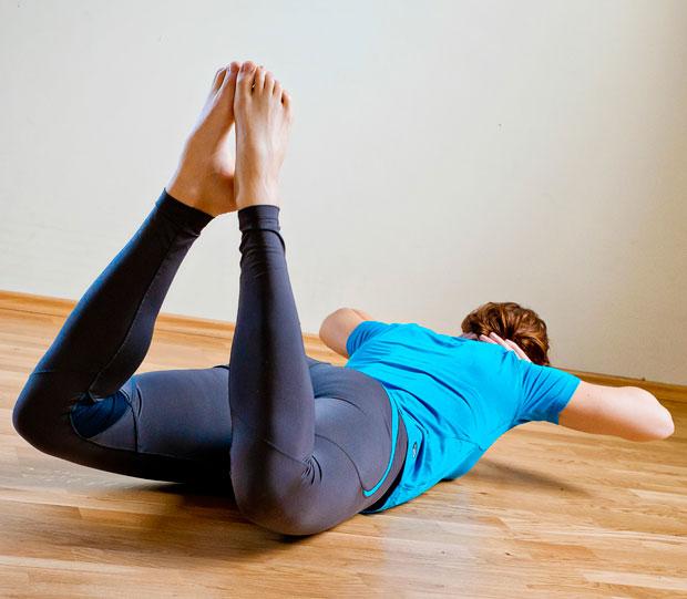 Pri prvi vaji upogibate in iztegujete koleni in si tako krepite mišice okoli kolenskega sklepa. Med vajo se boki ne dvigujejo, v končnem položaju, ki ga prikazuje slika, so kolena nekaj centimetrov dvignjena, pete in nožni prsti skupaj. Osnovni položaj je ob iztegu kolen.