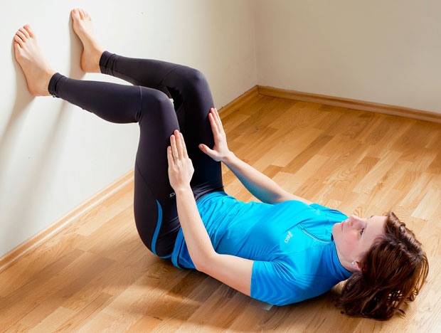 Z naslednjo vajo krepite mišice nog brez gibanja. S celimi podplati potiskajte v steno vsaj 10 sekund in to večkrat ponovite. Roki sta v opori na tleh ali na stegnih. Boki naj med potiskanjem ostanejo na tleh.