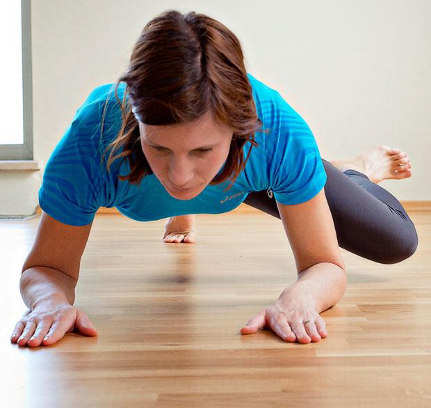 Zadnja vaja je nekoliko zahtevnejša. Za pravilno izvedbo je potrebno več moči, da ohranjate držo telesa brez spuščanja ledvenega dela hrbta. Hkrati krčite koleno v smeri proti komolcu na isti strani. Krčenje kolen naj poteka izmenično.